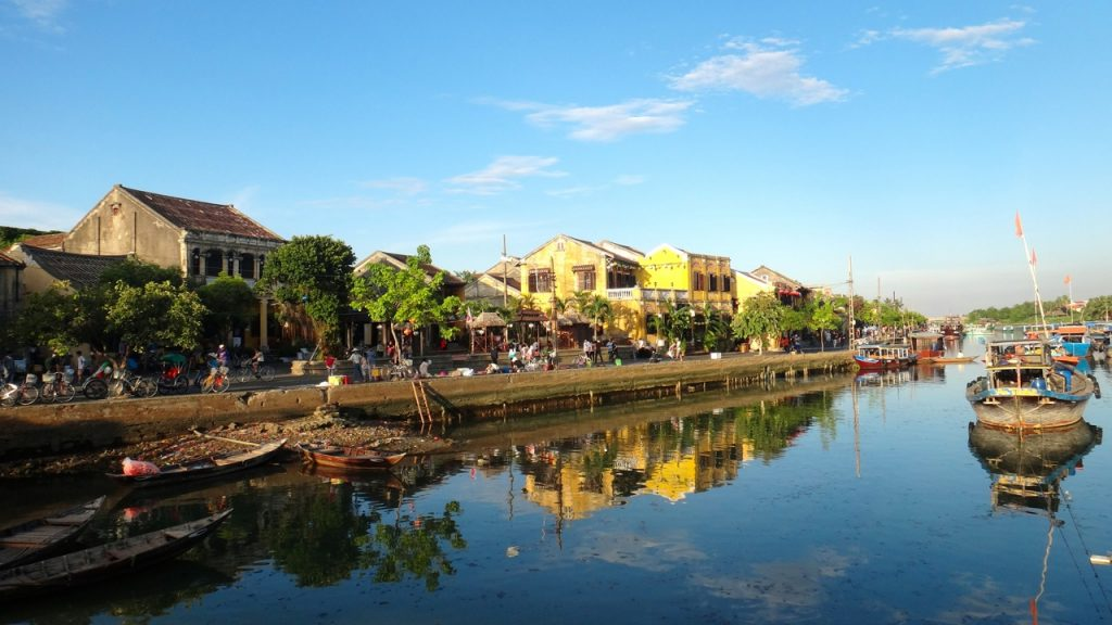 Tourist traps occur in common tourist attractions in Vietnam