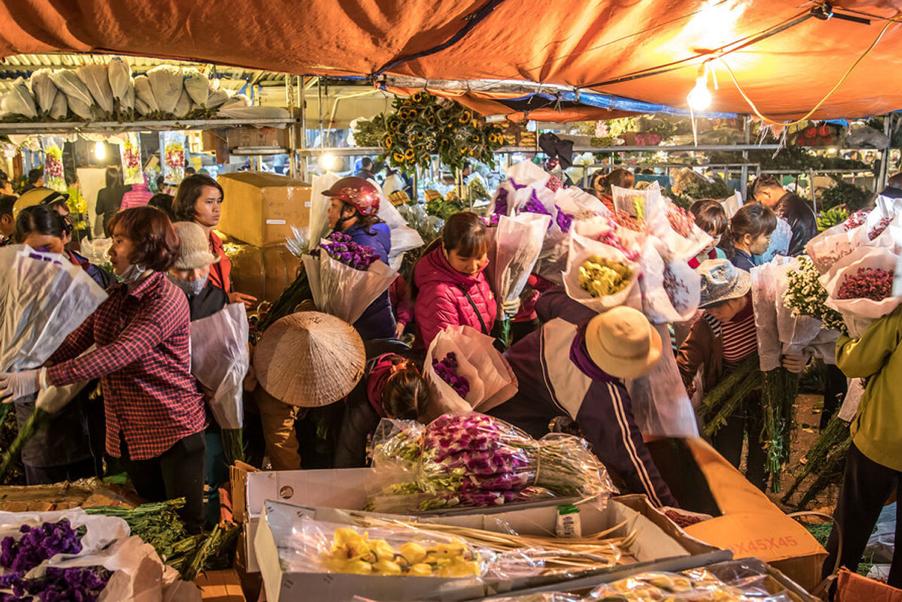 Quảng Bá flower night market in Hanoi